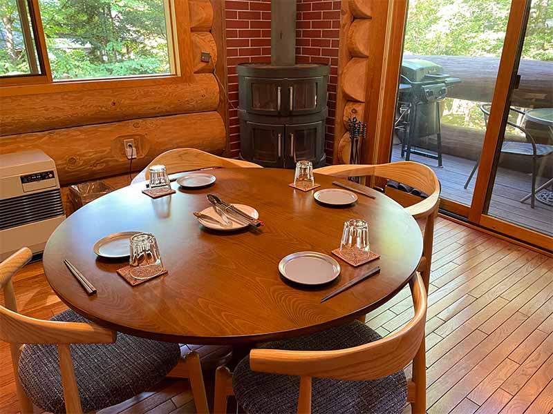 北軽井沢 貸別荘 ペンチュグループの手軽にBBQ食材デリバリーサービス、地元の美味しい肉。お野菜などをカットしてお届け。テーブルセット